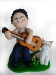 Musicista con chitarra e gatto